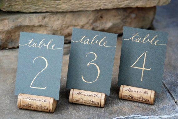 Numéro de tables sur support en bouchons