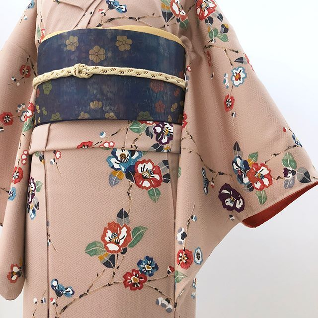 今日は椿の小紋です 椿の花が咲くこの季節にもピッタリ https://caran.jp/?pid=127602437 帯は非売品になります。 #着物 #着物からん #着物コーディネート #小紋 #椿 #冬コーデ #リサイクル着物
