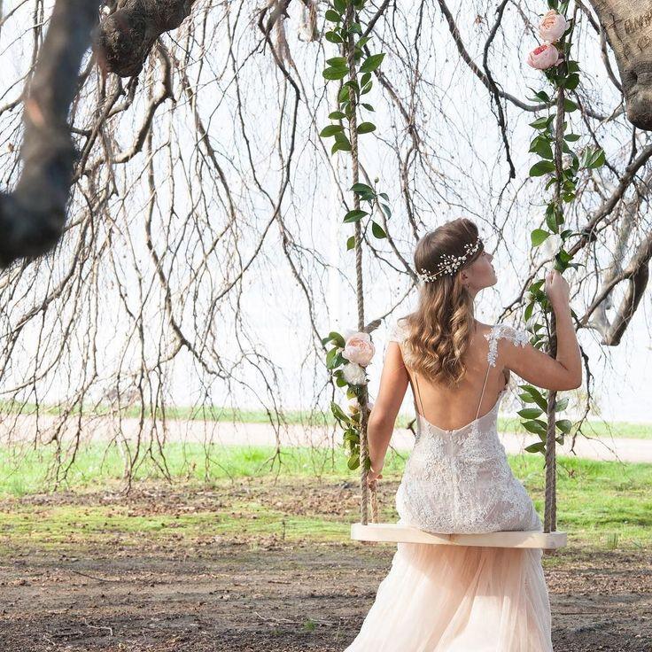 Платье непременно должно быть белым? А может быть бежевым розовым голубым  подходящих оттенков великое множество и не каждой невесте идет белый цвет. Поэтому если ты готова к экспериментам расширяй рамки возможных цветов своего платья. Есть большая вероятность что твой цвет  вовсе не белый! Model @nestybl  Dress @scenarisposa  Diadem @muse_for_me  Photo @vadimpolonik