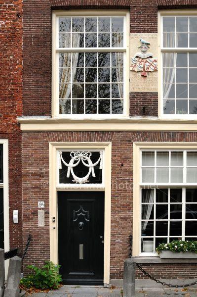 Rapenburg 94, Leiden. Gevelsteen ter nagedachtenis aan Willem Cornelissen (1514-1616) zijn duiven hebben een belangrijke rol gespeeld in het versturen van berichten tijdens het beleg van leiden in 1573-1574.