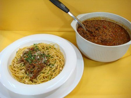Spaguetti con salsa boloñesa (15 mayo 2014) Spaguetti: 250 gramos spaguetti 1/2 barra margarina 1 cucharadita ajo triturado 1/4 cucharadita pimienta 2 sobres condimento SAZON carnes 4 cucharadas queso parmesano 2 cucharadas perejil picado Preparar spaguettishirviendo la pasta durante 10 minutos. Escurrir. Calentar margarina, agregar ajo, pimienta y condimento SAZON carnes. Sofreír spaguettis. Rociar queso…