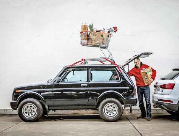 Sleduj, dokážem byť aj nákupným vozíkom: Do 183-litrového kufra sa zmestia nanajvýš štyri nákupné tašky. Ja však nie som vôbec precitlivený! V prípade núdze ide batožina na horné podlažie. Povolené zaťaženie strechy 75 kg rád využijem. A v prípade potreby – v mojom zozname príplatkových prvkov nájdete aj strešný nosič za smiešnych 95 eur