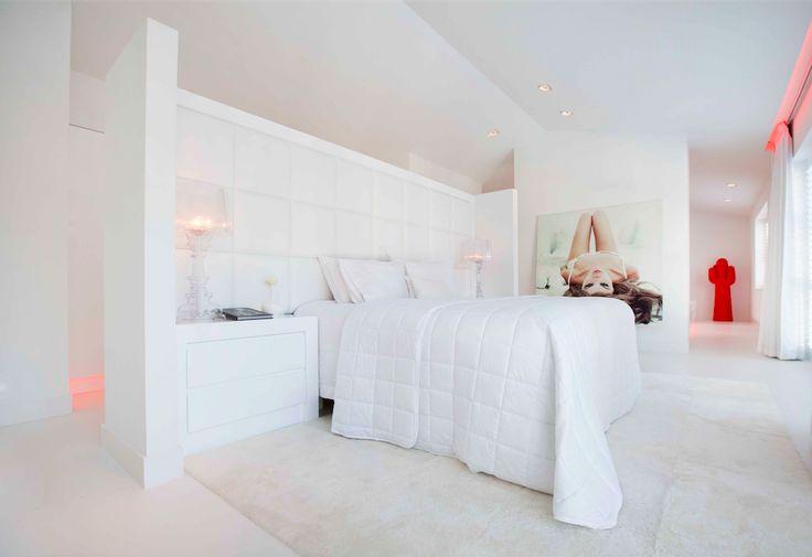 De basic is white! Bed room design by Studio Jan des Bouvrie #bedroom #design #slaapkamer #ontwerpe