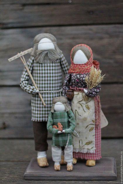 Купить или заказать Кукла 'Семья' в интернет-магазине на Ярмарке Мастеров. Кукла 'Семья' станет хорошим подарком и оберегом для дружной семьи. В работе использованы: домоткань, советские хб ткани, лен, керамика, береста, дерево. Куколки самостоятельно не стоят, есть подставка.