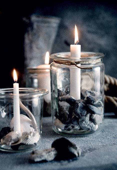 Pynt med små sten fra naturen. Fylde med sten og stille fyrfadslys på. (Ligesom lysene i café med kaffebønner.)