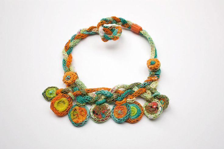 Kleurrijke gebreide ketting bamboe en textiel sieraden OOAK