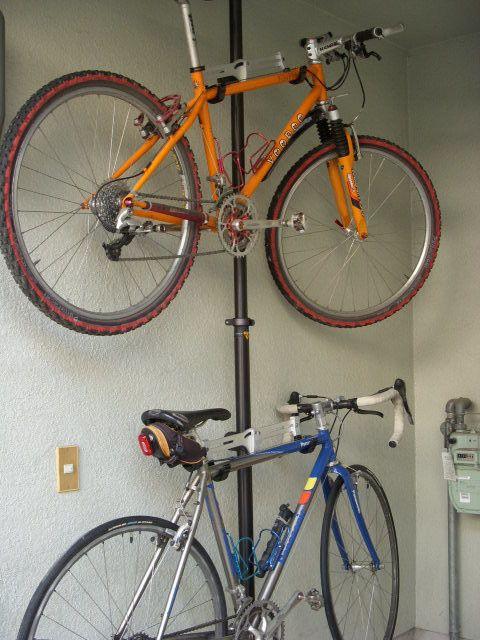 収納力アップ♪縦の「突っ張り棒」がお家で大活躍。賃貸にも自由に ... 縦方向の突っ張り棒は、空間有効利用