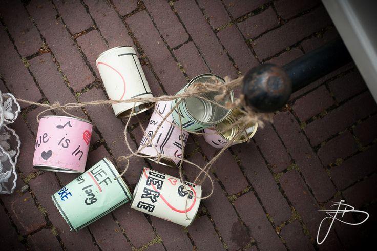 versierde blikken achter de trouwauto | bruidsreportage Nijmegen en heel Nederland | foto: Jaap Baarends bruidsfotografie | www.jaapbaarends.nl