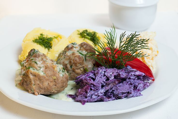 Zapraszamy na dzisiejsze danie dnia. Pulpety, ziemniaki, surówki. Zupa: Barszcz zabielany z jajkiem i ziemniakami. Fot. hudobskifotografia.pl