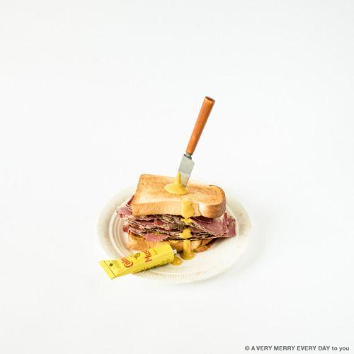 National Hot Pastrami Sandwich Day月14日はHot Pastrami Sandwich...   National Hot Pastrami Sandwich Day  月14日はHot Pastrami Sandwich Day ホットパストラミサンドイッチの日です  パスとサラミは香辛料をまぶしたお肉の燻製ですね これをロンドンのホテルの近くのお店で買ってきて ホットサンドイッチにして撮影しました なのでこれはロンドン撮影なんです  ナイフをぐさりと刺して Colman'sの辛味の強いマスタードを たらしてみました なんだかちょっと事件っぽい笑  ちなみにサンドイッチのパンは トーストしてあるのが私好みです 岡尾美代子