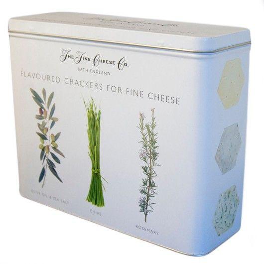 Perfeito para acompanhamento com queijos Parmesão, delicados, macios e cremosos Bries.  Tostas de azeite, sal, alecrim e cebolinho, numa lata extremamente elegante.