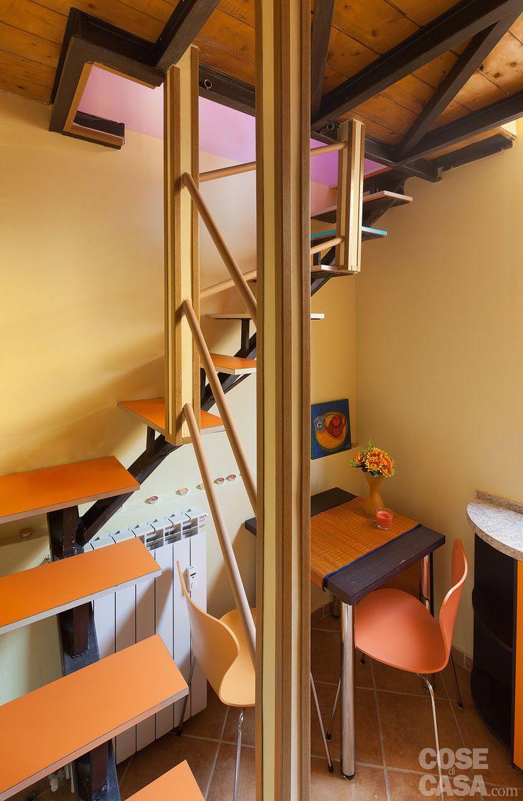 Un'abitazione mini su due livelli è risolta bene grazie a idee creative e funzionali che offrono spunti da copiare. Persino i frequenti cambi di quota non sono un ostacolo.