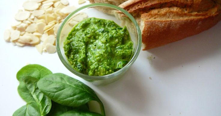 Co může být lepší než domácí pesto?   Špenátové pesto s ricottou   Inspirace: http://shopcookmake.blogspot.com   Pesto:    2 hrnky baby špen...