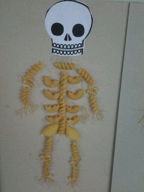 Cuerpo humano hecho con fideos.