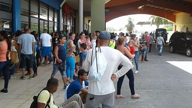 Migrantes cubanos critican los altos precios de los boletos a México Cada pasaje aéreo tiene un costo de 805 dólares por adulto.