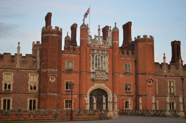 Hampton Court Palace, Londres No universo anglo-saxão, a palavra Hampton é sinônimo de luxo. Não é à toa – o Hampton Court Palace, que serviu de residência para o rei Henrique VIII, conta com nada menos do que mil cômodos.