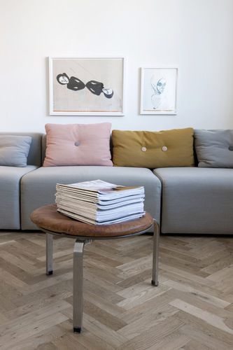 Modernisme i lagkagehuset - BO BEDRE - gul / sennep, grå og lys korall / pudderrosa puter til grå sofa
