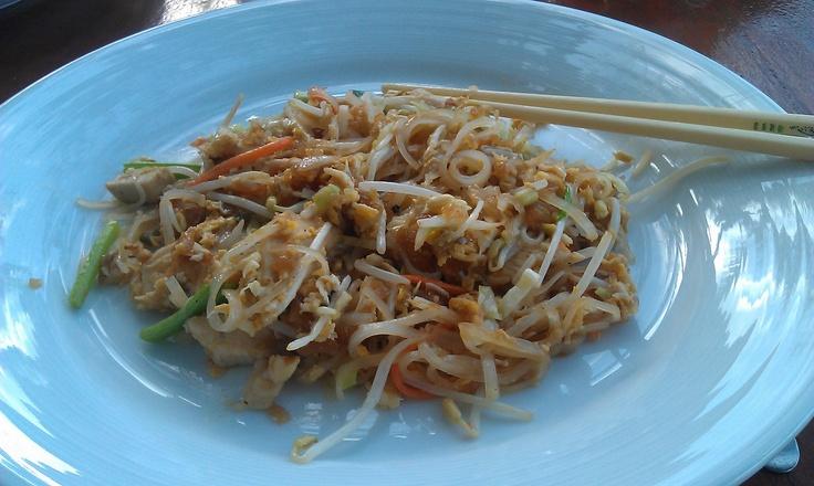 Pad Thai (o Phad Thai) es uno de los platos más conocidos de la cocina tailandesa.  Se trata de un plato salteado en wok (stir-fried) a base de fideos de arroz con huevos, salsa de pescado (Thai), salsa de tamarindo, pimiento rojo, y cualquier combinación de brotes de soja, gambas, pollo, o tofu, decorado con cacahuetes picados y cilantro. Se sirve habitualmente con una rodaja de lima, El zumo de esta fruta se añade al plato como condimento. Puede ser servido decorado con una flor de banana.