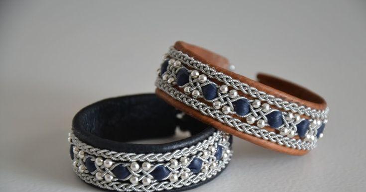 Ett armband som är gjort på svart respektive brunt renskinn med tenntråd(4% silver) inslag av mörkblått renskinn. Äkta silverpärlor(999) ...