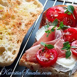 Kanapka z kozim serkiem, szynką i pomidorami