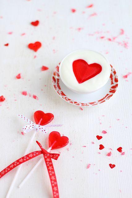Piruletas y confeti con forma de corazón
