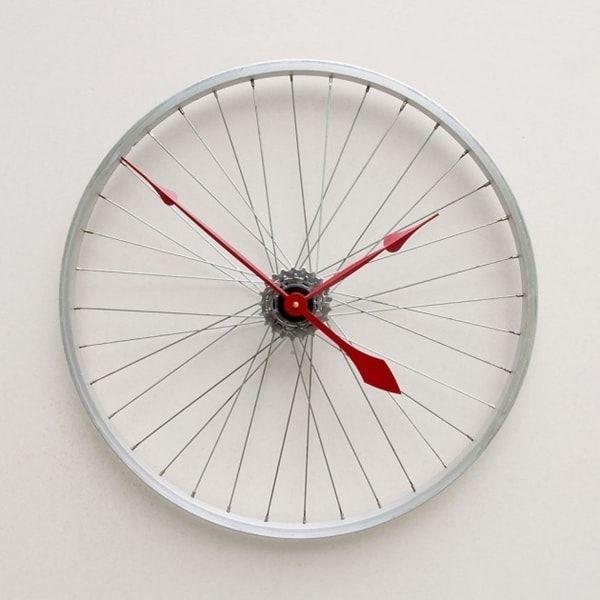 Reloj hecho con llanta de bicicleta