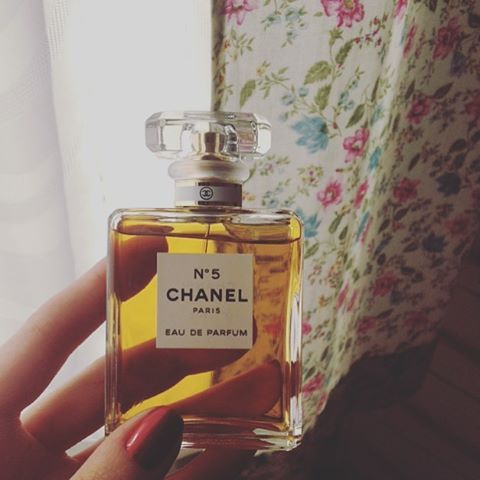 in love #chanel #chanelno5 #parfume #vintage #eaudeparfum #chanelperfume #fragrance #pretty #cute #beauty #beautiful #beautyblogger #makeup #instalike #photooftheday #picoftheday #fashion #glam #photoofday #shopping #parfum