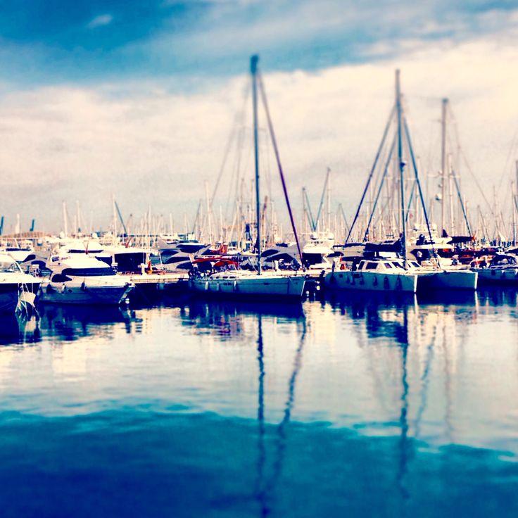 Feliz sábado Familia! Hoy, una fotito tranquila del Puerto de #Alicante para empezar el día. ⛵️💙 #Alifornia #CostaBlanca #CaliforniaEuropea www.alifornia.es