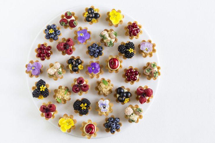 Tærtetapas med sommerbær og spiselige blomster