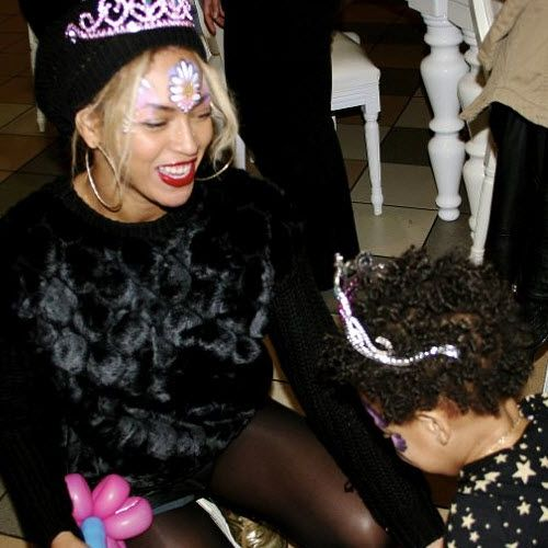 Beyonce and daughter Blue Ivy rock their matching #facepaint and princess tiaras. #motherhood #beyonce #blueivy #beauty
