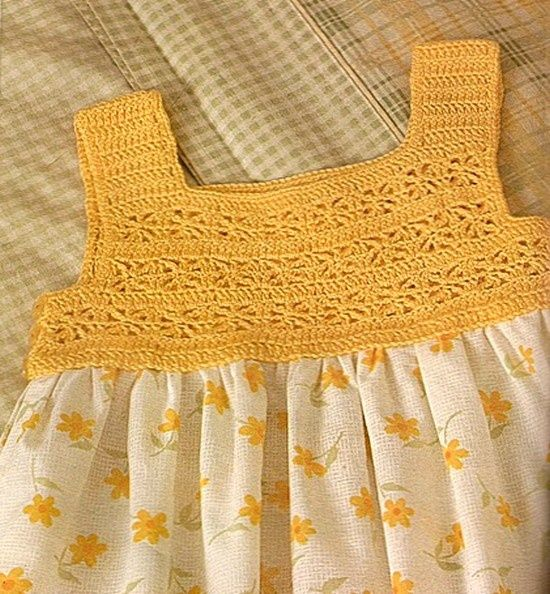 Una linda forma de combinar genero con tejido como en este caso se asocia el canesú al vestido además una capelina bien coqueta para las ni...