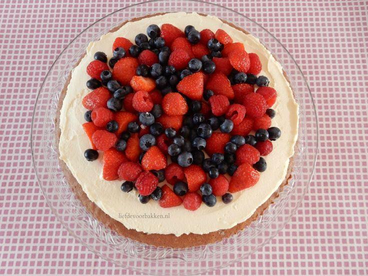 Taart met fruit is eigenlijk altijd lekker! Als ik naar de supermarkt ga, en ik weet nog niet precies wat ik wil gaan maken, dan koop ik gewoon wat bakjes vers fruit, het liefst rood fruit. Ik had …