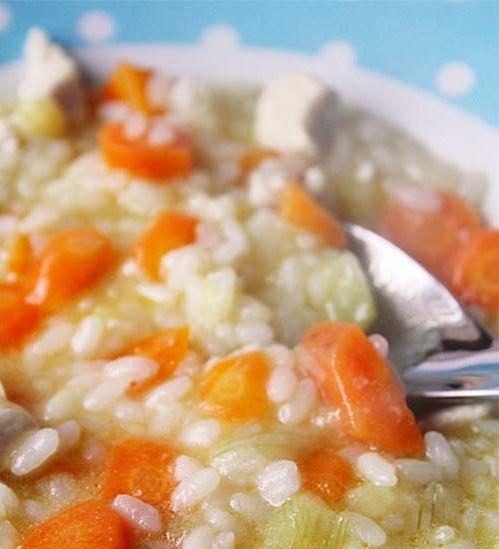 Esta receta es ideal para l@s bebés y sus hermanos o hermanas mayores, podrán disfrutar todos de un nutritivo y delicioso plato. Hablamos de un arroz con pollo y verduras, para los más pequeñitos de la casa en forma de papilla y para los mayores tal como se los presentamos. Ingredientes: 2 zanahorias grandes 3 pequeñas 1 zapallito italiano (sin