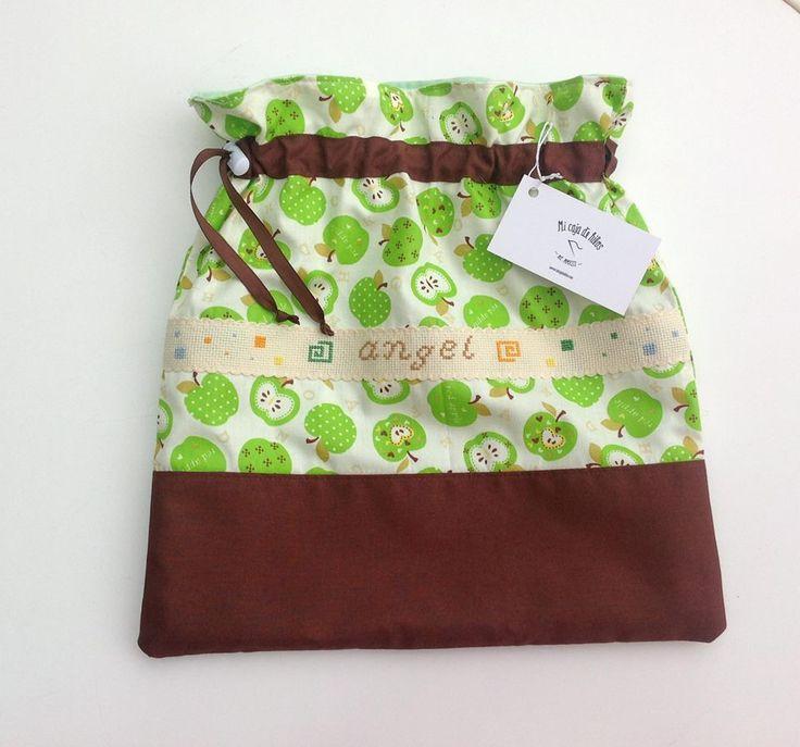 bolsa de tela,forrada interiormente y bordada en punto de cruz.