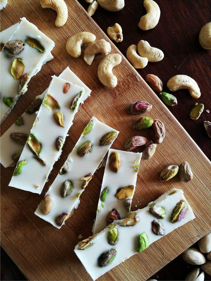 Wegańska biała czekolada z pistacjami - jak zrobić białą czekoladę? Czekolada bez laktozy i glutenu