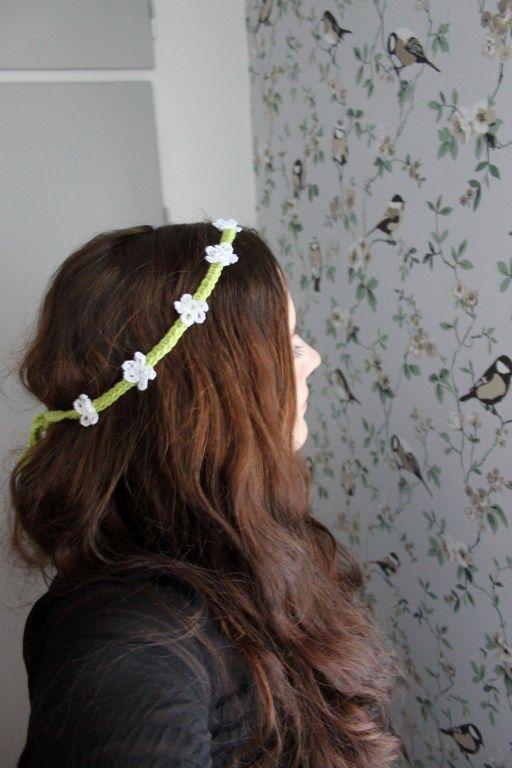 Virkat hårband med blommor. Crochet flower headband.