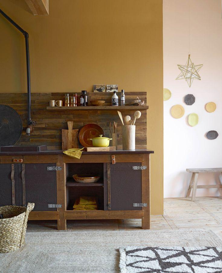 Okergele houten keuken | yellow wall with wooden kitchen | Bron: vtwonen 01 2016 | Fotografie Tjitske van Leeuwen | Styling Marianne Luning