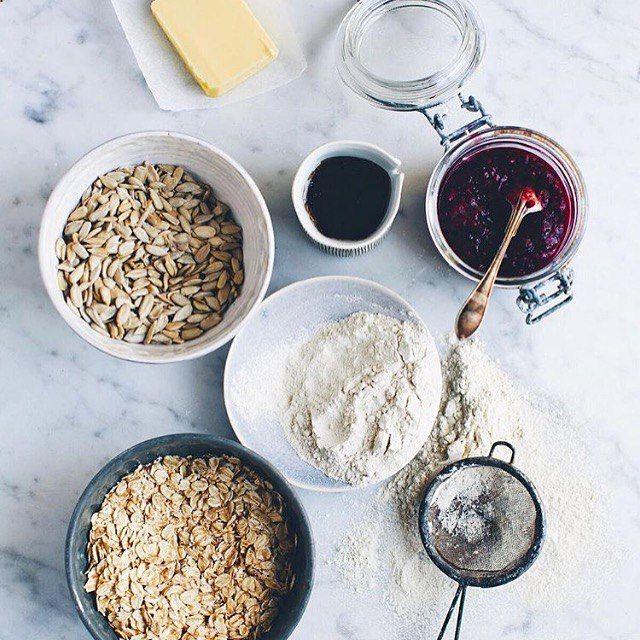 Salatshop Овсяная или гречневая мука + овсяные хлопья + натуральный сироп или кокосовый сахар + кунжутные, подсолнечные или маковые семечки + кокосовое или сливочное масло + пара ложек миндального или кокосового молока & щепотка соли =  Третий раз за каникулы готовим овсяное печенье  Самое вкусное печенье получается, когда семечек побольше и когда его готовит муж   @gkstories   За основу берём рецепт из этого поста → salatshop.ru/post/3-desserts