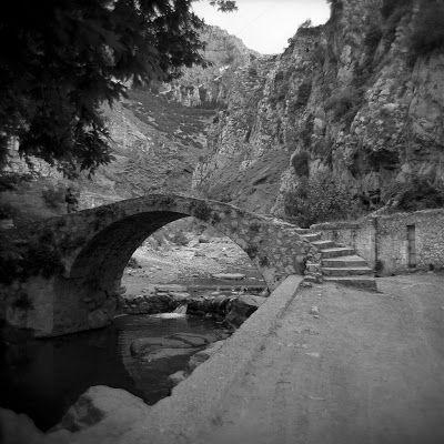 Γεφυράκι στον ποταμό Έρκυνα στη Λιβαδειά (1959).  By Nick DeWolf.