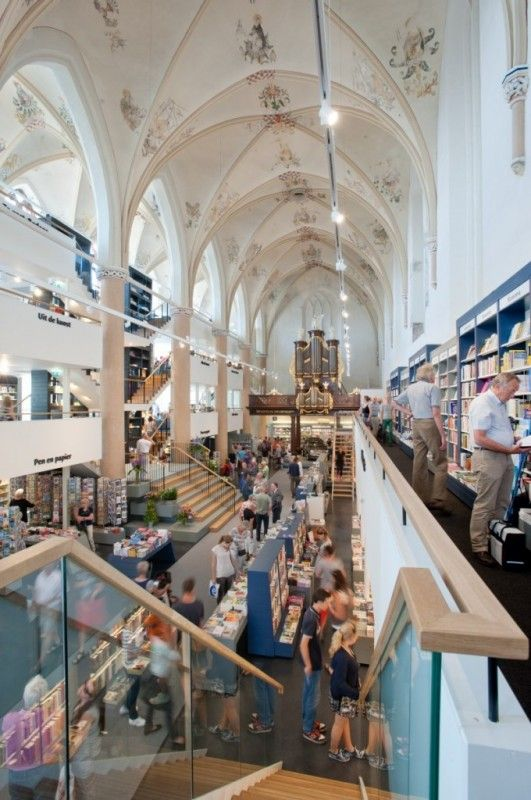 Waanders In de Broeren - veel meer dan een boekwinkel; een ongekende wereld waarin je verrassend kunt winkelen, lekker kunt eten en drinken of genieten van een lezing, concert of tentoonstelling.