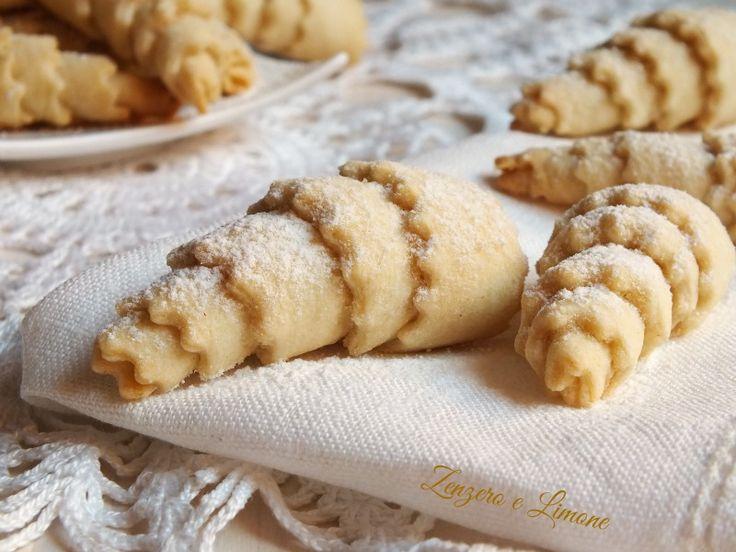 Questi piccoli cannoli sono dei biscottini croccanti preparati con la pasta matta. Poche mosse per avere un bel vassoio di dolcetti da gustare col tè.