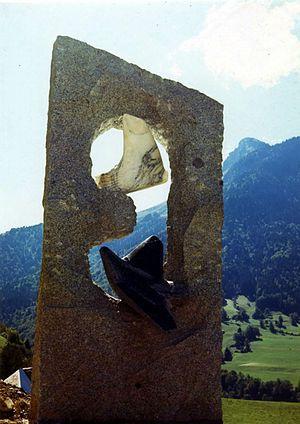 Essor, sculpture monumentale en granit et marbres de Marcel Mayer à Le Chatelard – Savoie