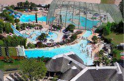 Camping les Alicourts. Enorm zwembad met glijbanen. En een meer om in te zwemmen en varen.