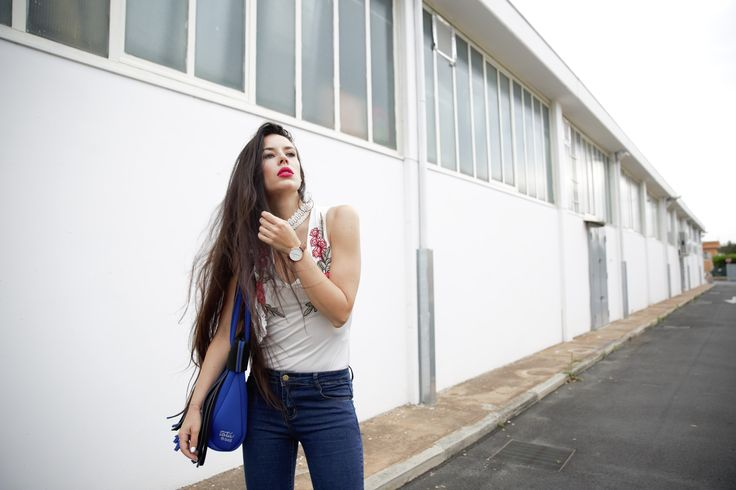 Denim, choker, frange ed un Daniel Wellington a scandire i miei battiti...  #danielwellington #watch #shopping #sammydress #style #outfitoftheday #style #fashionblogger #denim