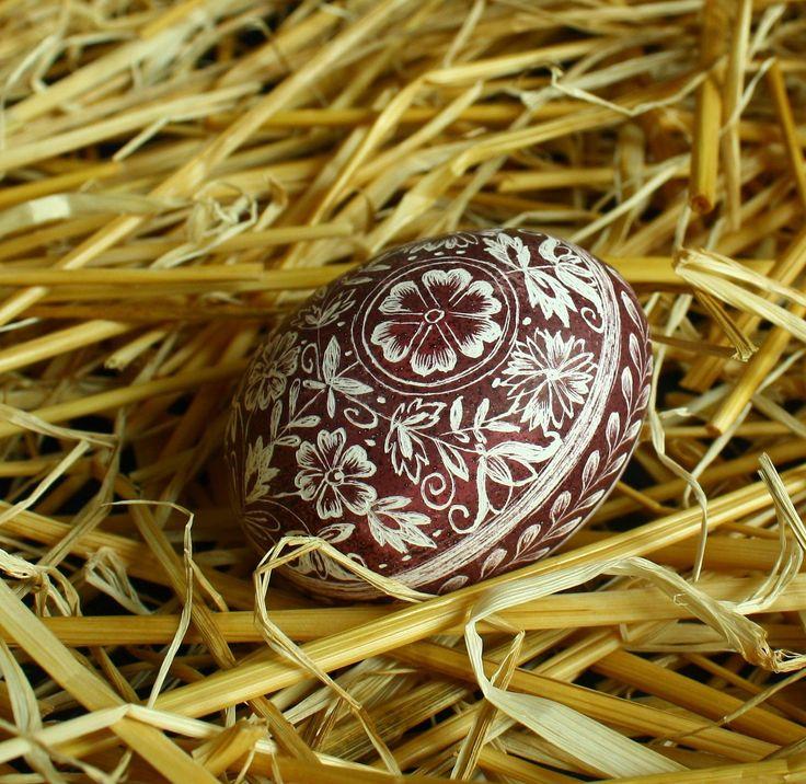 Horácká slepičí - kraslice vyškrabovaná VY5 Velikonoční slepičí kraslice zdobená tradiční technikou - vyškrabováním Vzor se vyškrabuje ostrým nožíkem do probarvené skořápky. Vzor na vajíčku pochází z Horácka (Vysočina). Tato oblast se vyznačuje bohatým dekorem a nádhernými náročnými vzory. Barevnost horáckých kraslic je oranžová až hnědá, kraslice se ...