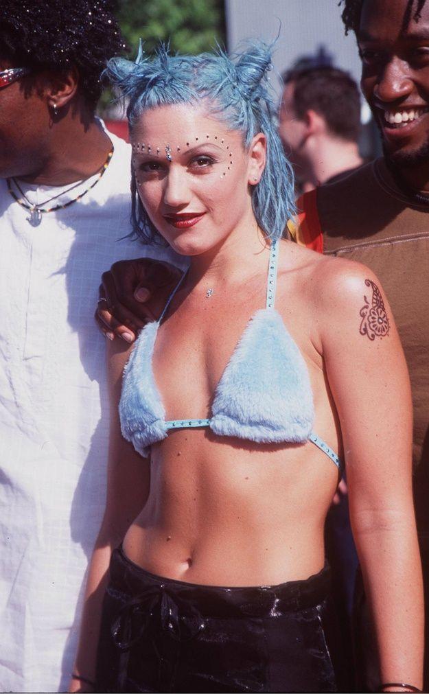 Blue hair, fur bikini and face gems... Only Gwen could  #BringBackThe90s #GwenStefani