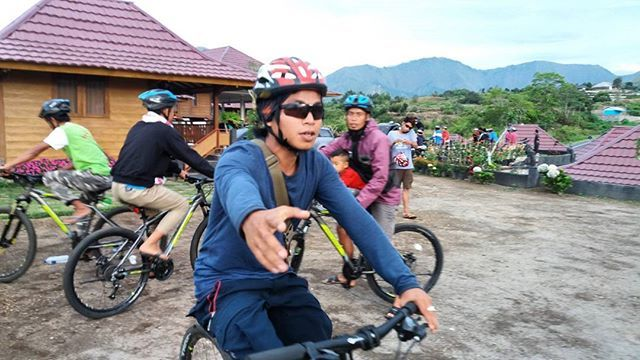 Biking trip lombok -> Healthy afternoon sport biking around sembalun village with the beautiful panorama along the trek.  We are available for big group 30 bikes are available.  Join us #mujitrekkertrip  #mujitrekker #lombokisland #bikingtrip #lombok #mountrinjani #backpacking #sembalunvillage #hiking #sport #healthy #lifestyle