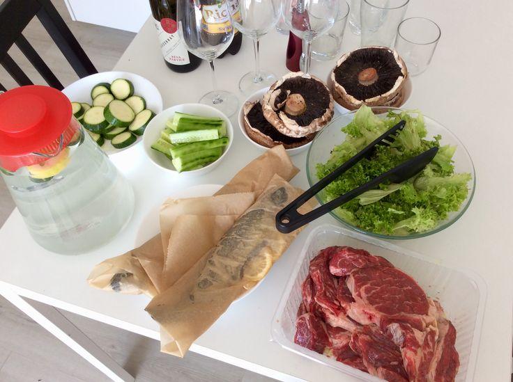 Rib eye steaky s chilli a šalvějí, pstruzi s citrónem a česnekem v papilotě, portobello s pepřem, vše s himalájskou solí a řeckým olivovým olejem + okurky a salát