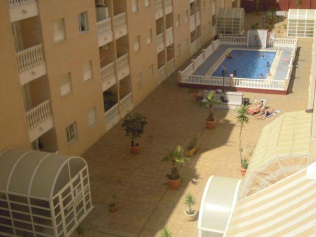 Bara 600 meter från stranden och centrum ligger denna fina lägenhet med pool samt söderläge. Lägenheten består av 2 sovrum, det ena med garderob, badrum med fönster, Amerikanskt kök, vilket är helt utrustat, samt ett ljust vardagsrum med luftkonditionering och tillgång till den soliga terrassen mot söderläge. Den är i perfekt skick och säljs fullt utrustad. Bara att flytta in. MISSA INTE DENNA CHANSEN!!!