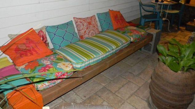 škvára blok lavica, exteriérový nábytok, vonkajšie bývanie, terasa, zmene použitie upcycling, Dostatok priestoru pod lavicu pre ukladanie